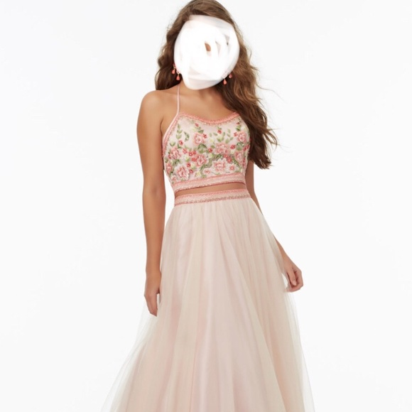 9ea8d6bdba928 Beautiful Two-Piece Prom Dress with Tulle Skirt. M_5a819f6bd39ca2fb04dda907